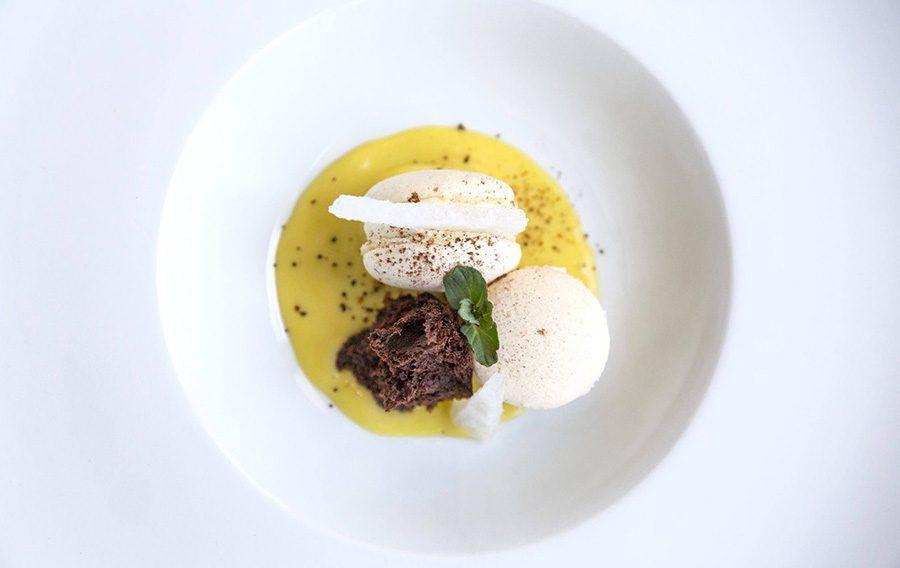 PASTRY CHEF GIANLUCA MICCOLI: Macaron classico con crema al Rosmarino, salsa al Marsala e cialda all'Acqua di Mare